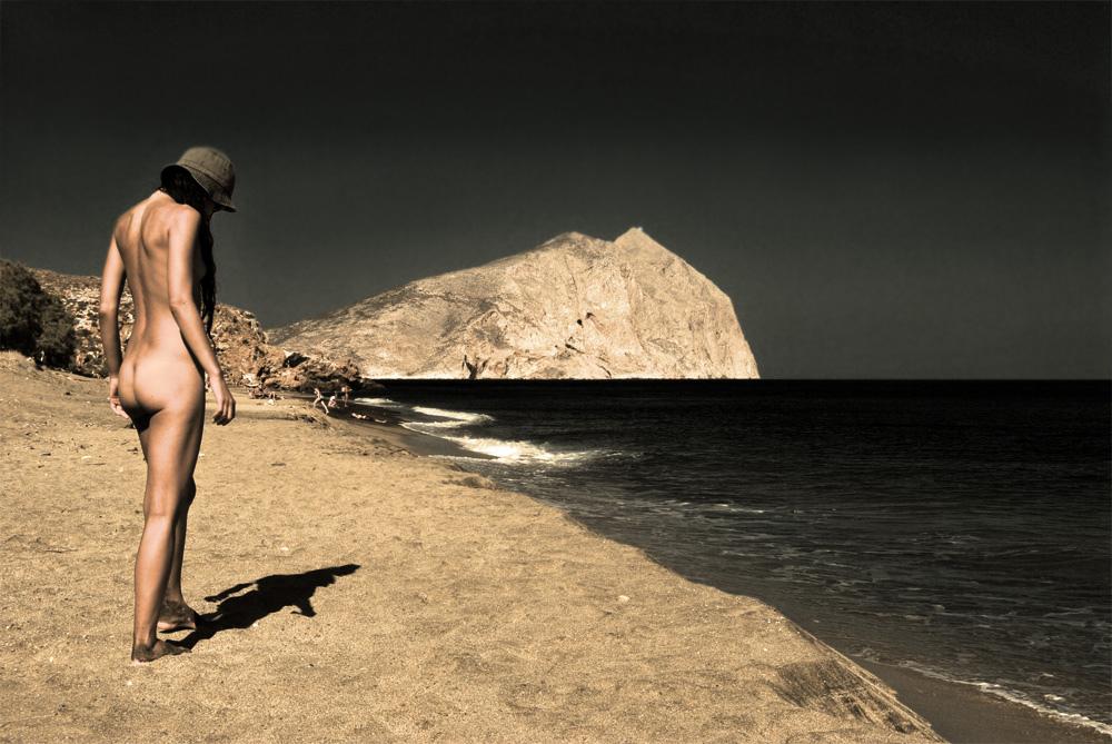 Η παραλία χωρίσθηκε στα δύο: από την μια επετράπη η ελεύθερη κατασκήνωση και ο γυμνισμός και από την άλλη, το ένα τρίτο της έκτασης, όχι...