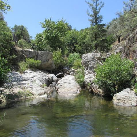 """Κολυμπότρυπα (""""λιβάδα"""") στον ποταμό Χάρακα στην Ικαρία"""