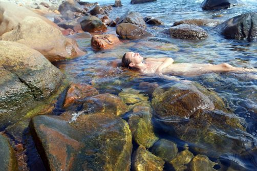 At the warm springs of Lefkada Ikaria in March: 'In the south we discovered the amazing hot springs: for free, nobody there, where you can chill in a hot bath in the sea'