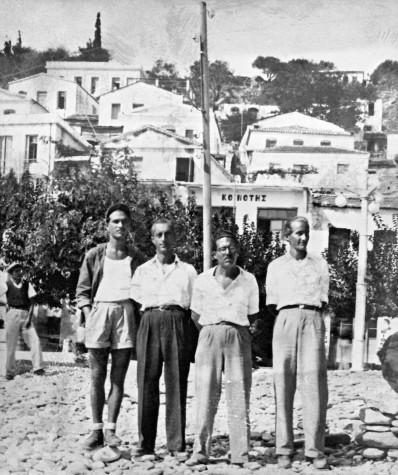 Ενθύμιον Ικαρίας, 7 Οκτωβρίου 1947. Εκτοπισμένοι πολίτες στον 'Aγιο Κήρυκο Ικαρίας. Διακρίνονται από αριστερά οι Τριφύλλης, Καλοκαιρινός, Αυγερόπουλος και Σπύρος Γαρέζος. Αρχείο Μαρίας Γαρέζου