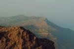 Θέα στον Αθέρα από τη άκρη του οροπεδίου Αμμούδια