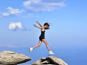 'Niña voladora en Ikaria'